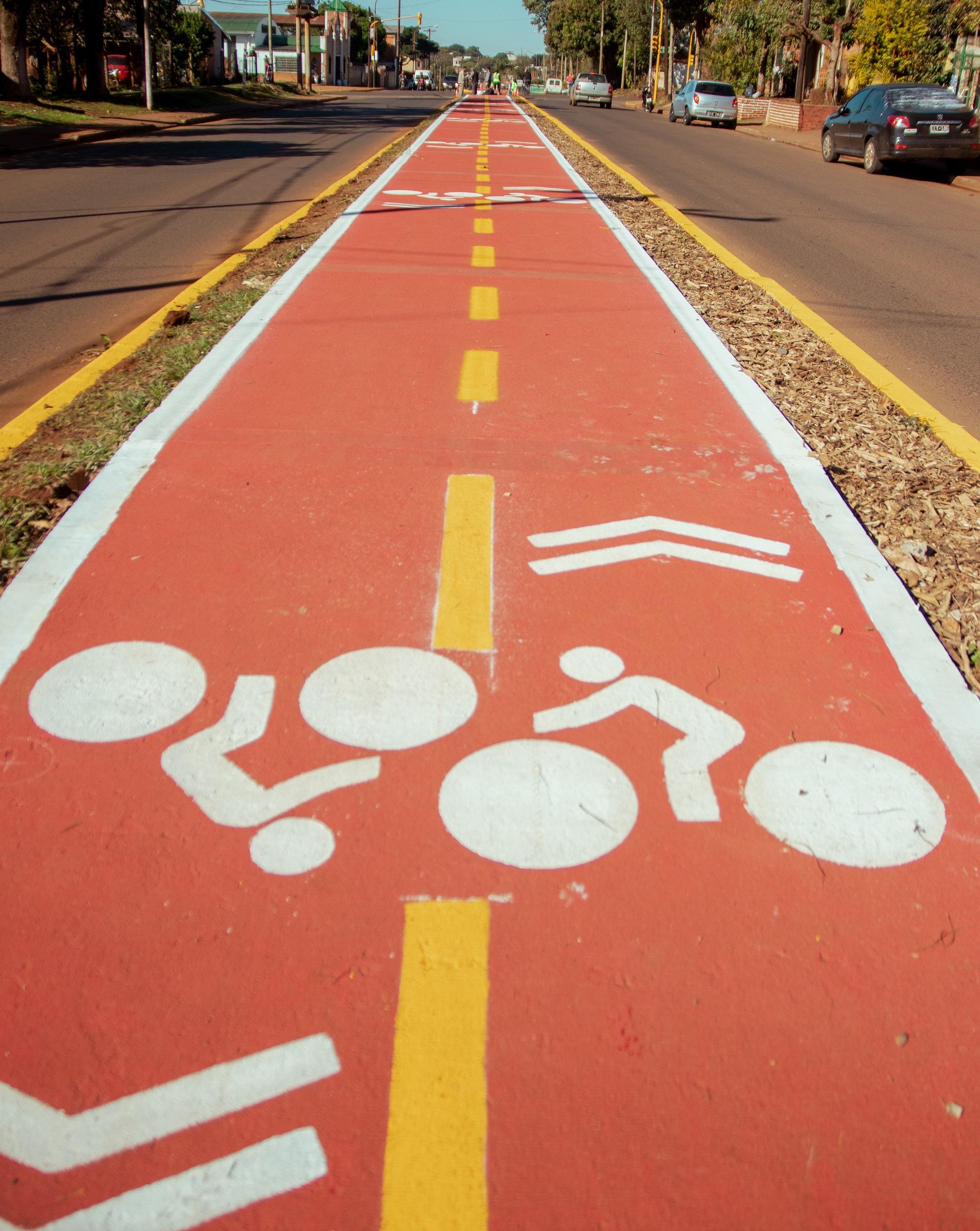 Actualmente, la capital misionera  cuenta con una red de bicisendas y ciclovías de 21 km, mientras se encuentran en ejecución 18 km de bici senda y se prevé una expansión de 42,5 km.